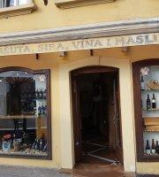 Kuća pršuta, sira, vina i maslina