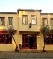 Queen Bee Hotel & Cafe