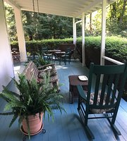 Colonial Pines Inn-Bed and Breakfast
