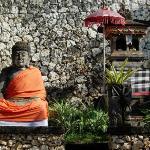 Four Seasons Jimbaran - Hotel statues and offerings