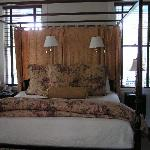 canopy bed in room 15