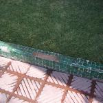 le beau carrelage entourant la piscine