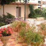 les fleurs devant l'hôtel