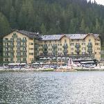 Hotel von gegenüberliegenden Seeufer gesehen