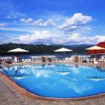 Aperçu de la piscine avec vue sur le lac Kivu et les collines du Rwanda voisin.