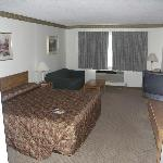 Kng Bed Room with sleeper sofa