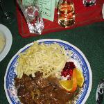 Wildgoulasch mit Champignons, hausgemachten Spätzle und bunten Salattella