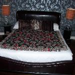The bed with rose petals