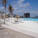 La plage principale comme les brochures Club Med ne la montrent pas.