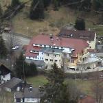 photo de l'hôtel vu de la montagne