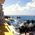 hotel,pool,ocean