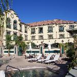 Hotelrückseite mit Pool