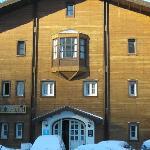 la entrada del hotel llena de hielo