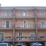 Frontansicht des Hotels von der Straße aus