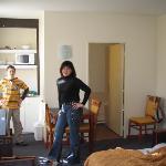 habitación con kitchenette y el baño