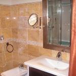 Baño (en el espejo se ve algo de la ducha con spa)