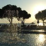 Piscina, fontana e vista mare al tramonto