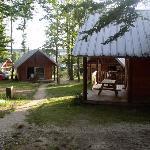 Cabanes (Hütten) und Zeltstellplatz (links)