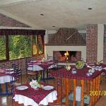 Este es el restaurant en la mañana temprano siempre está prendida la chimenea y hay vista al...