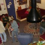 Vista de la sala y la chimenea