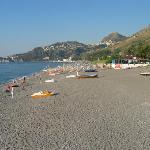 Tropicana = plage de galets, semi privée de l'hôtel Antares. Taormina surplombe l'horizon.