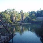 Canal que rodea el parque pasando por la Polynesia