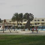Vista de la piscina y de apartamentos