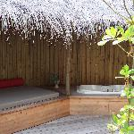 Day bed and jacuzzi in the open-air bathroom