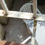 la ringhiera del minuscolo balcone visibilmente erosa da ruggine