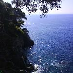 Vista del mar desde uno de los caminos que tiene la isla