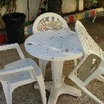 état des chaises et table en terrasse en terrasse