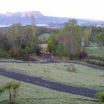 Observando el amanecer desde la cabaña