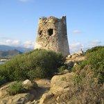 La tour à droite de la plage qui vous donnera une vue splendide