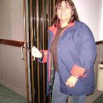 En la puerta del ascensor del hotel