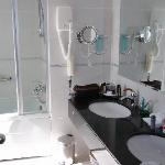 Bathroom 1 (suite)