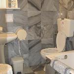 la salle de bain, en marbre...