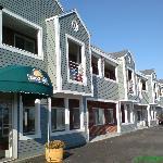 Days Inn Cranston Warwick - Main building and front door