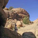 2. Grimpez dans les rochers au dessus du village, vous arriverez à un ancien lieu de refuge