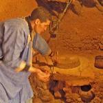 Khaled, fils de la maison, actionne un moulin à grains à l'étage le plus bas, réservé aux bêtes