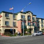Vue de face de l'hôtel Ramada Inn de Marina