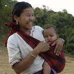 Junge Mutter im Dorf