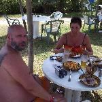 comiendo en la playa