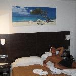 stanza con letto e armadio di fronte