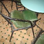 chaises de terrasses pitoyables et tout le mobilier exterieur idem