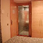 foto della camera e porta del bagno
