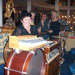 La patronne chantera accompagné de son orgue pour votre anniversaire
