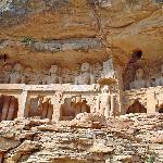 conjunto budista esculpido en la roca