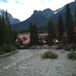 Paseo junto al rio a su paso por Banff
