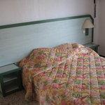 Lit chambre SUPERIEURE avec fissure au mur