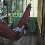 Descansando en la hamaca del cuarto